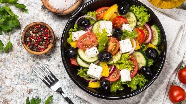 salada grega de quinoa