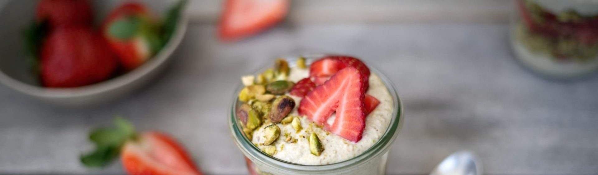 creme de iogurte com morango e pistache