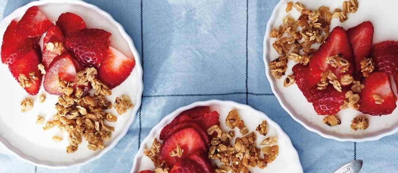 panna cotta de iogurte com morango e granola