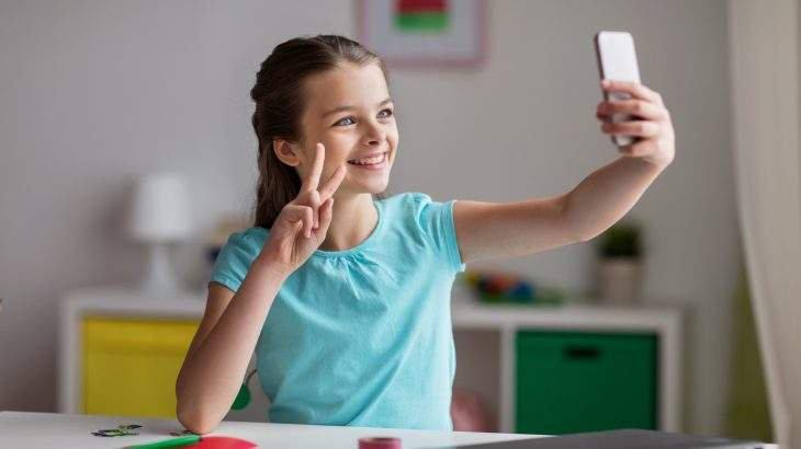 crianças no celular