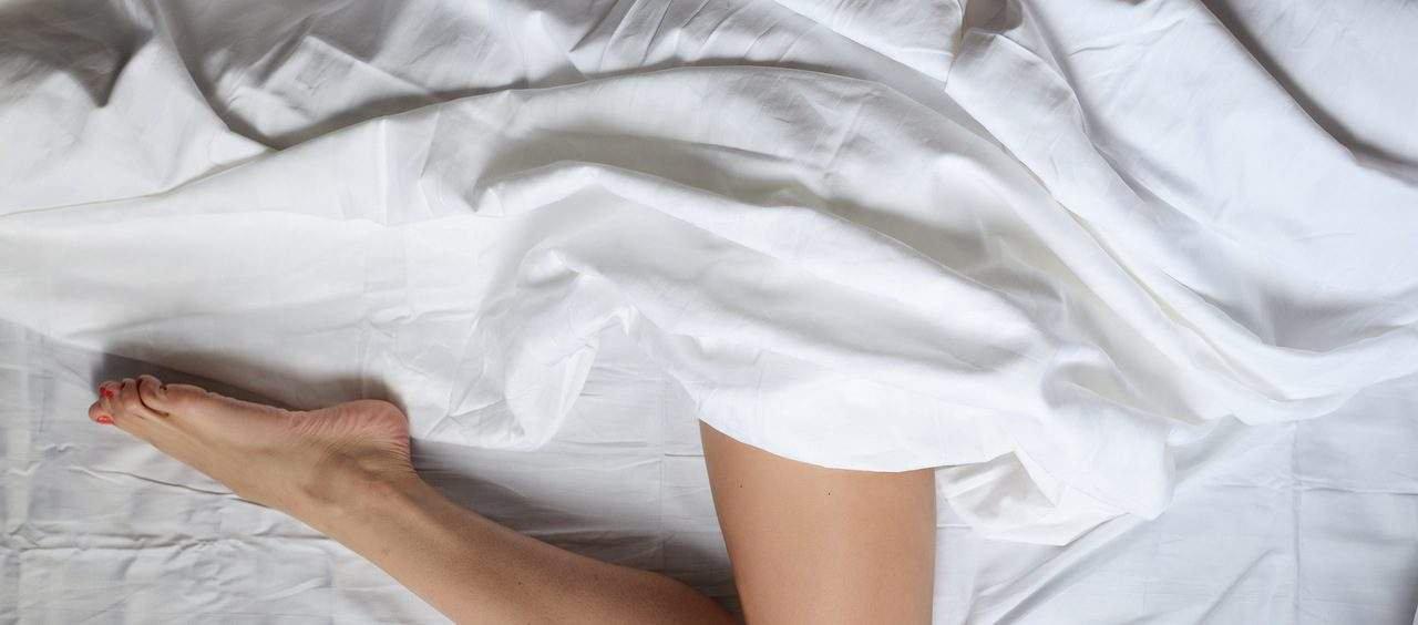 dormir com travesseiro entre as pernas