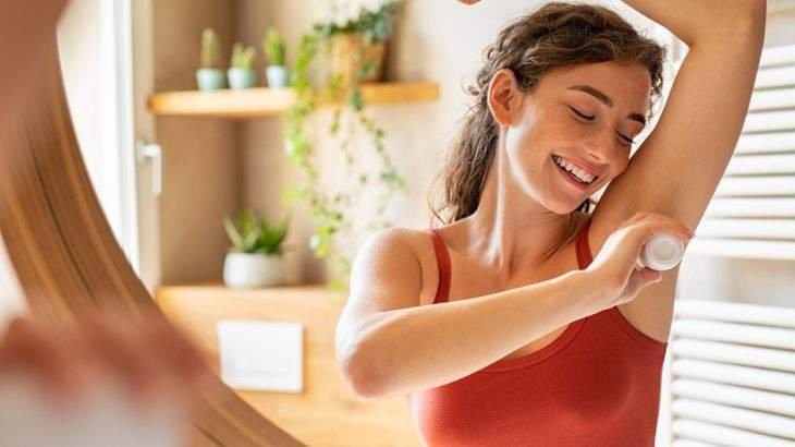 qual a diferença entre desodorante e antitranspirante